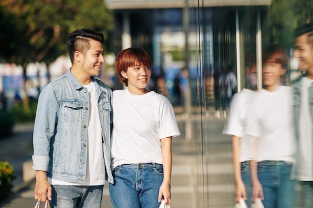 Azjatycka Para Spacerująca Wzdłuż Ulicy Premium Zdjęcia