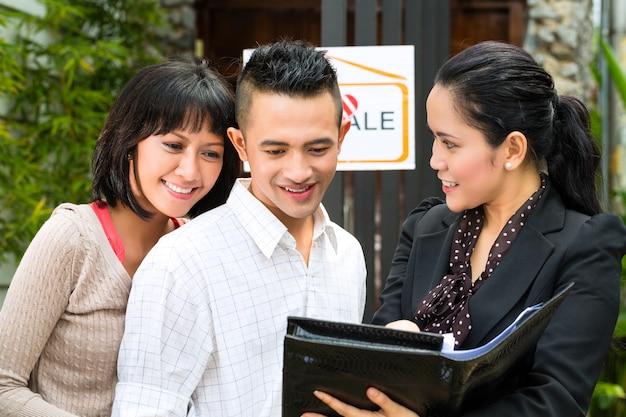 Azjatycka para szuka nieruchomości Premium Zdjęcia