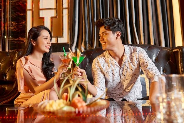 Azjatycka Para W Hotelowym Saloonie Premium Zdjęcia