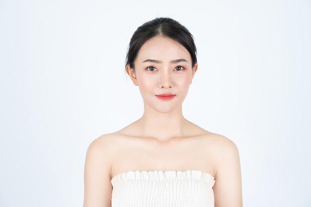Azjatycka Piękna Kobieta W Białym Podkoszulku, Z Przodu, Ma Zdrową I Jasną Skórę. Premium Zdjęcia