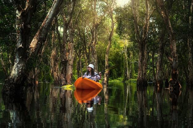 Azjatycka Podróżniczka Kajakiem W Lesie Mangrowym Ogrodu Botanicznego Tajlandii Premium Zdjęcia