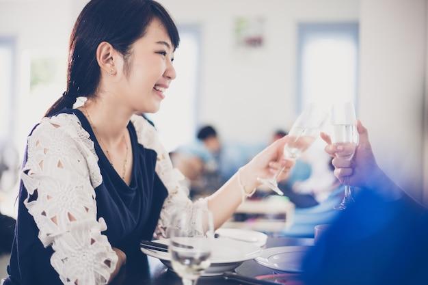 Azjatycka Potomstwo Para Cieszy Się Romantycznego Gościa Restauracji Premium Zdjęcia