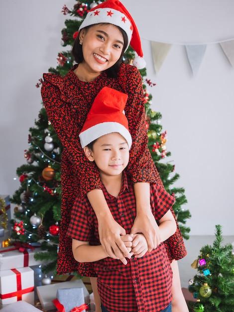 Azjatycka rodzina świętuje boże narodzenia w domu Premium Zdjęcia