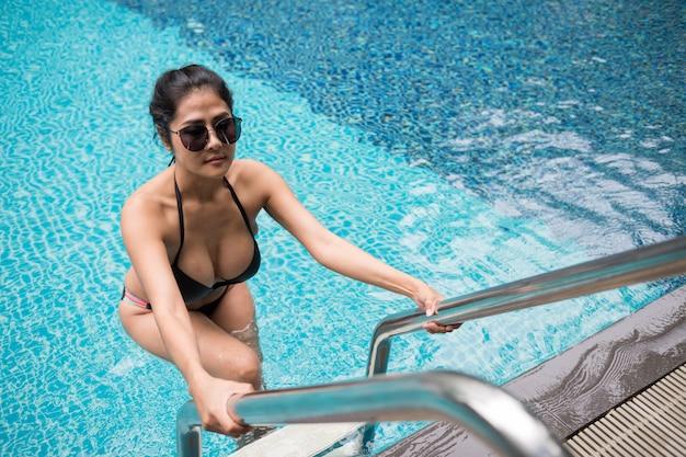 Azjatycka Seksowna Seksowna Kobieta Przy Pływackim Basenem Premium Zdjęcia