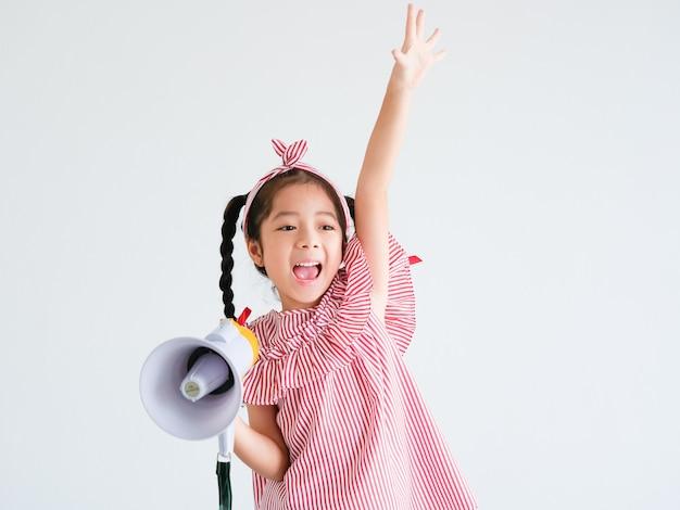 Azjatycka śliczna Dziewczyna Z Megafonu śpiewem Premium Zdjęcia