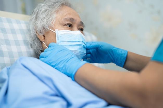 Azjatycka Starsza Pacjentka Nosząca Twarz W Celu Ochrony Koronawirusa Covid-19. Premium Zdjęcia