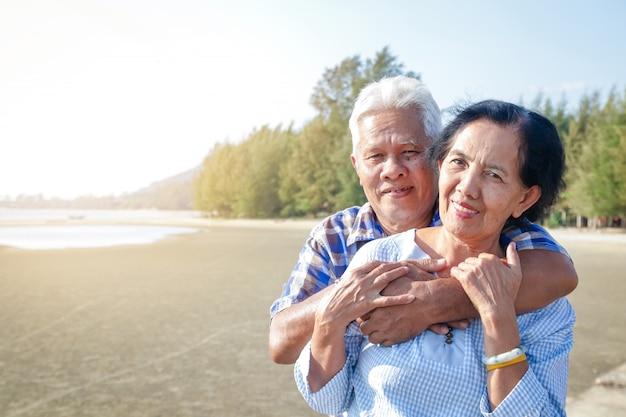 Azjatycka Starszej Osoby Para ściska Each Morze Nad Morzem Premium Zdjęcia