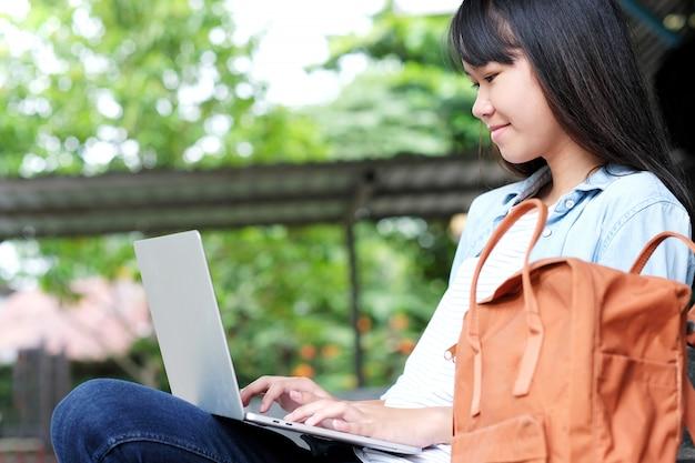 Azjatycka studencka dziewczyna używa laptop, online edukacja Premium Zdjęcia