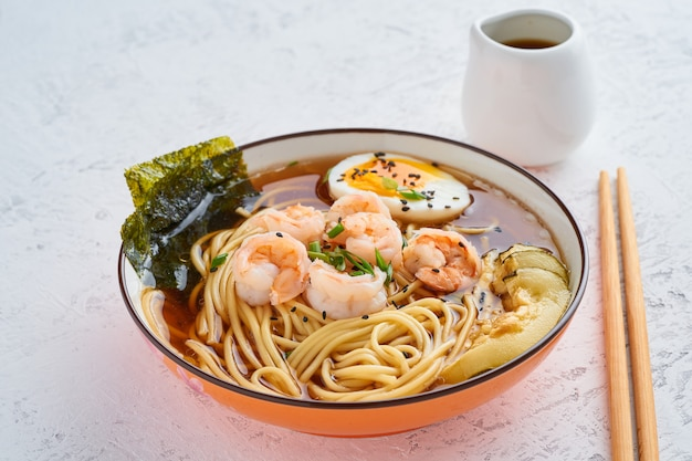 Azjatycka zupa z makaronem, ramen z krewetkami, pasta miso, sos sojowy. Premium Zdjęcia
