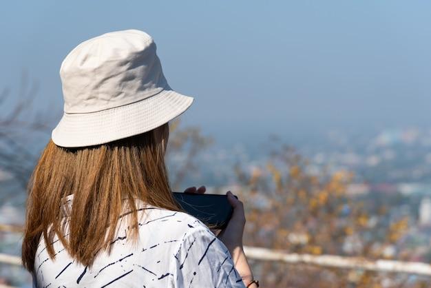 Azjatycki Bardzo ładny Kobieta Z Kapeluszem Zrelaksować Się W Punkcie Widzenia Nadmorskiego Miasta Krajobraz Na Górze Premium Zdjęcia
