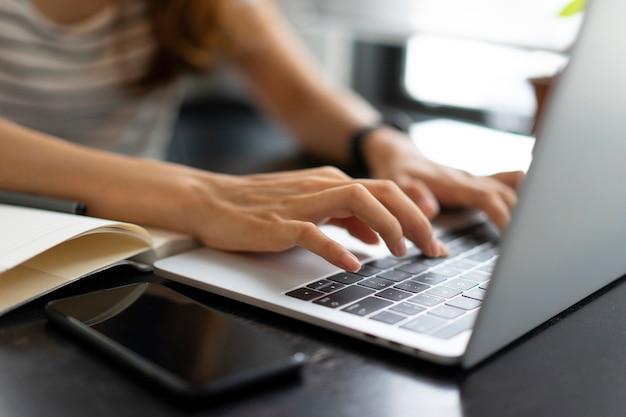 Azjatycki biznes dziewczyna rozpocząć pracę z laptopem w kawiarni Premium Zdjęcia