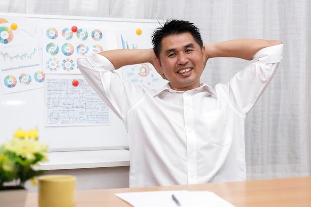 Azjatycki Biznesmen Siedział W Domowym Biurze Spojrzeć Na Aparat Fotograficzny Robi Wywiad Roboczy Online Podczas Wideokonferencji Czatu. Premium Zdjęcia