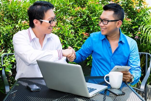 Azjatycki biznesmenów pracować plenerowy Premium Zdjęcia