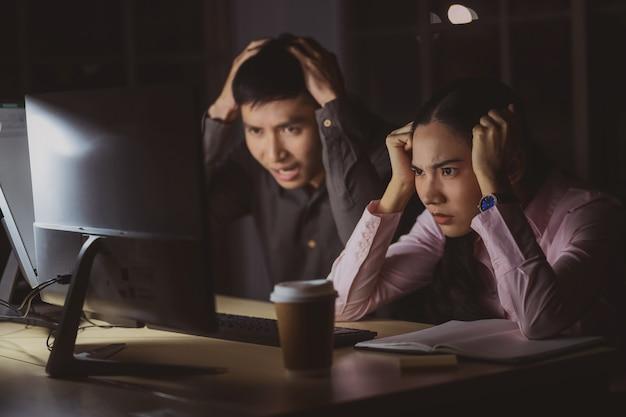 Azjatycki Bizneswoman I Biznesmen Pracuje Mocno Póżno Wraz Z Technologia Komputerem W Biurze Premium Zdjęcia