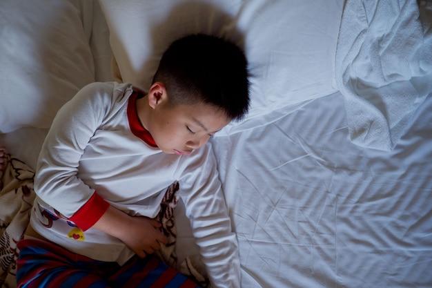 Azjatycki Chłopiec Spać Na łóżku, Dziecko Chore, Dziecko Spać Premium Zdjęcia