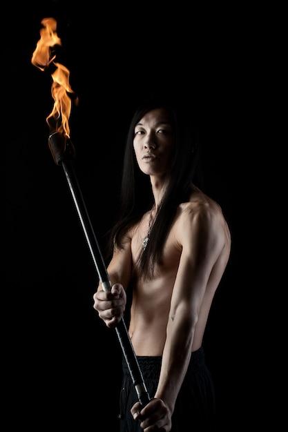 Azjatycki Człowiek Z Pokazem Ognia Premium Zdjęcia