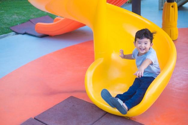 Azjatycki Dzieciak Bawić Się Obruszenie Przy Boiskiem Premium Zdjęcia
