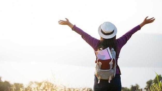 Azjatycki Dziewczyna Plecak Cieszy Się Zmierzch Na Górze. Czas Na Relaks W Podróży Koncepcyjnej Premium Zdjęcia