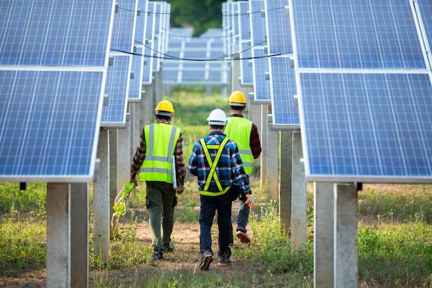 Azjatycki Inżynier Pracuje Nad Sprawdzeniem Wyposażenia Elektrowni Słonecznej, Czystej Energii, Energii Odnawialnej Premium Zdjęcia