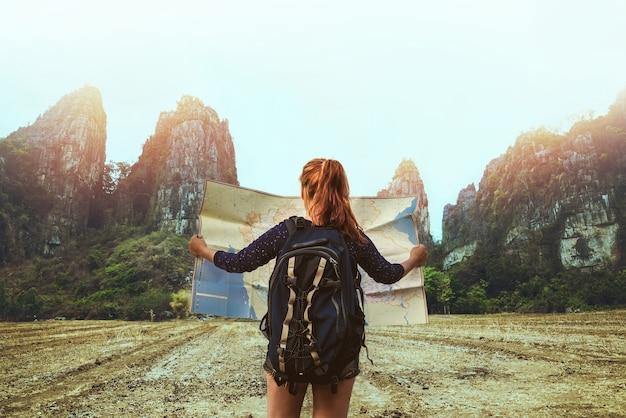 Azjatycki Kobieta Podróż Sen Relaksuje. żeńscy Podróżnicy Podróżują Natury Góry Mapy Nawigację Premium Zdjęcia