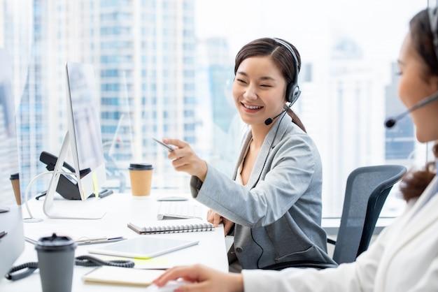 Azjatycki Kobiety Obsługi Klienta Agent Pracuje W Centrum Telefonicznego Biurze Premium Zdjęcia