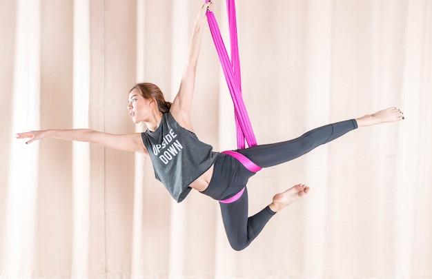 Azjatycki kobiety szkolenie w sala gimnastyczna z komarnicy joga elementami Premium Zdjęcia