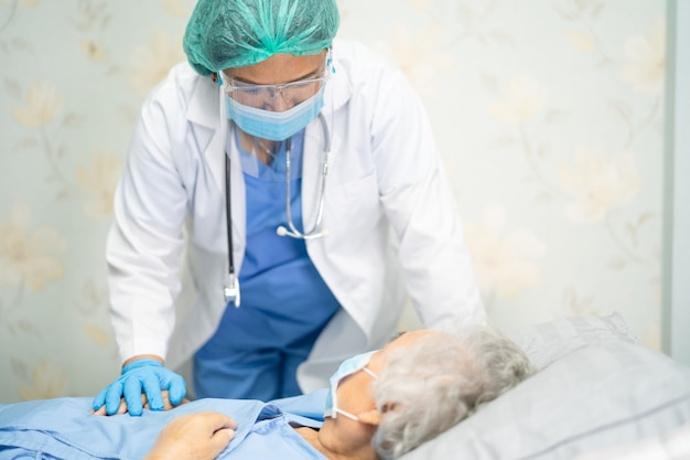 Azjatycki Lekarz Noszący Kombinezon Ppe W Celu Ochrony Koronawirusa Covid-19. Premium Zdjęcia