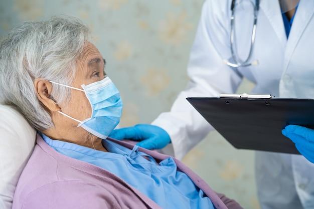 Azjatycki Lekarz Noszący Osłonę Twarzy I Kombinezon Ppe W Celu Ochrony Koronawirusa Covid-19. Premium Zdjęcia
