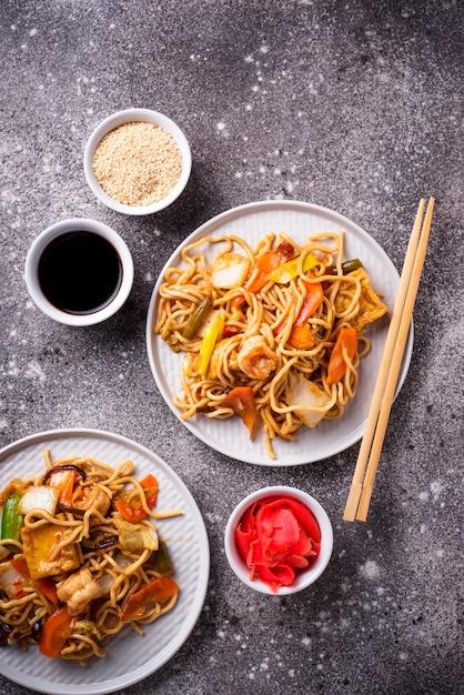 Azjatycki makaron z krewetkami i warzywami Premium Zdjęcia
