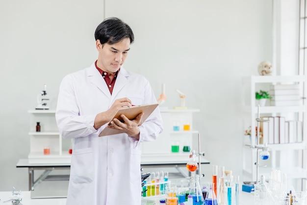 Azjatycki Mężczyzna Naukowiec Lekarz Zwrócić Uwagę Pracując W Laboratorium Strony, Biorąc Uwagę Premium Zdjęcia