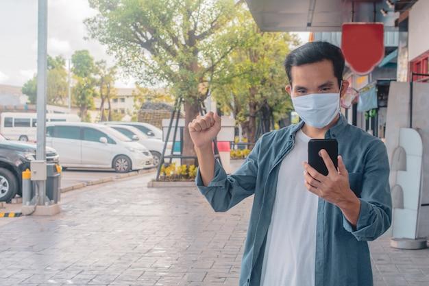 Azjatycki Mężczyzna Nosi Maskę Na Twarzy Trzymając Telefon Komórkowy Styl życia Nowy Normalny Dystans Społeczny Premium Zdjęcia
