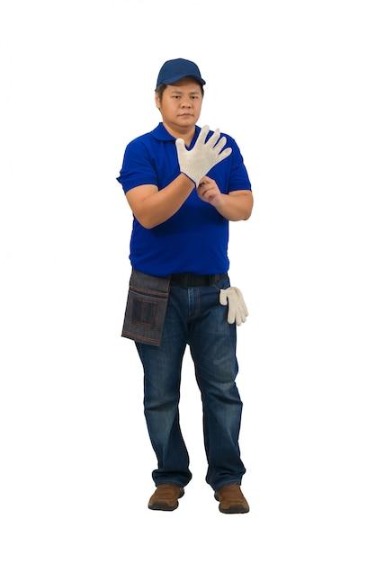 Azjatycki Mężczyzna Pracownik W Błękitnej Koszula Z Talii Torbą Dla Wyposażenia Jest Ubranym Rękawiczki Odizolowywać Na Bielu Premium Zdjęcia