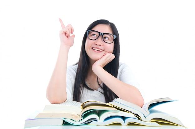 Azjatycki młody studencki dziewczyny główkowanie z książką nad białym tłem Premium Zdjęcia