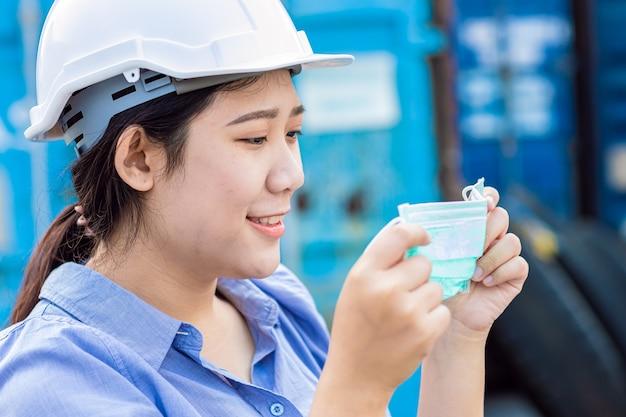 Azjatycki Pracownik Noszący Maskę Na Twarz Do Ochrony Przed Pyłem I Wirusem Koronowym Podczas Pracy W Miejscu Pracy. Premium Zdjęcia