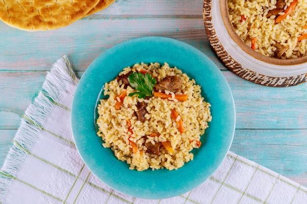 Azjatycki Ryż Z Warzywami I Mięsem. Premium Zdjęcia