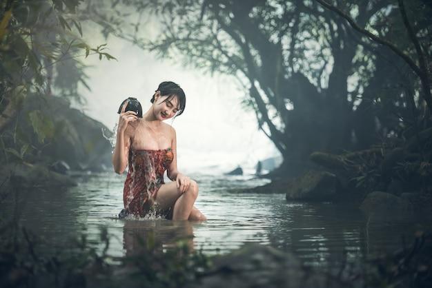 Azjatycki seksowny kobiety kąpanie w zatoczce, tajlandia Premium Zdjęcia