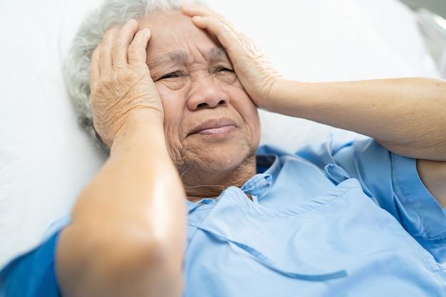 Azjatycki Starszy Kobieta Ból Głowy Pacjenta W Szpitalu. Premium Zdjęcia