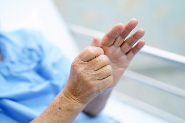 Azjatycki Starszy Lub Starsza Staruszka Kobieta Pacjenta Czuć Ból Jej Rękę Na łóżku W Hospicyjnym Pielęgniarstwie Premium Zdjęcia