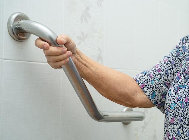 Azjatycki Starszy Pacjent Używa Toalety łazienka Uchwyt Bezpieczeństwa. Premium Zdjęcia