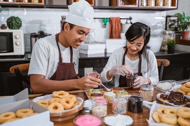 Azjatycki Szef Kuchni Przygotowuje Domowe Pączki Premium Zdjęcia