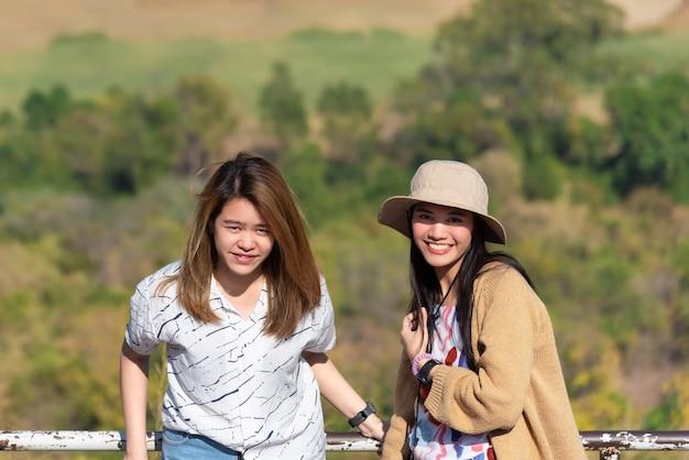 Azjatyckie Całkiem Słodkie Kobiety W Kapeluszu Relaks W Punkcie Widzenia Nadmorskiego Miasta Krajobraz Na Górze Premium Zdjęcia