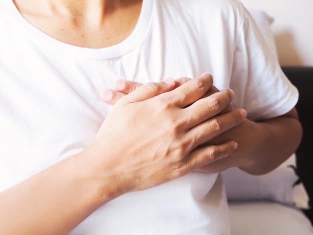 Azjatyckie Dorosłe Kobiety Cierpiące Na Zawał Mięśnia Sercowego, Choroby Serca I Ból W Klatce Piersiowej. Premium Zdjęcia