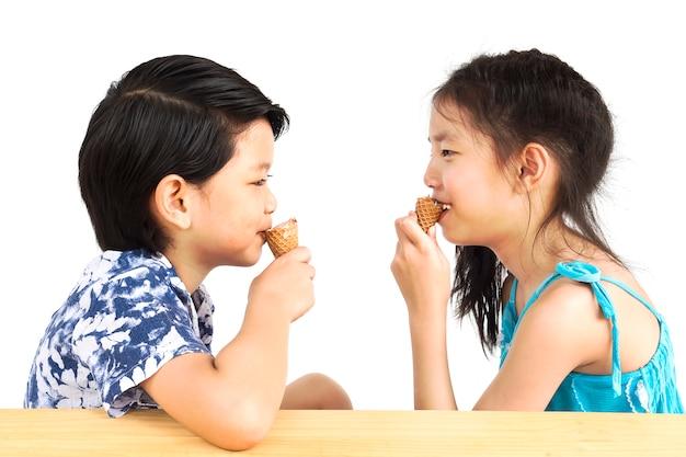 Azjatyckie dzieci jedzą lody Darmowe Zdjęcia