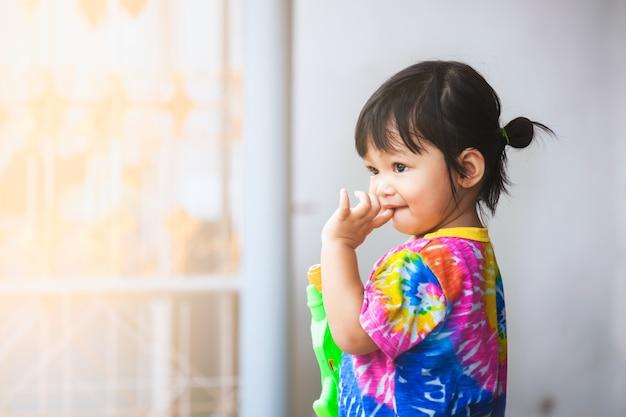 Azjatyckie Dziecko Dziewczynka Zabawy Grać Wodę Z Pistoletem Na Wodę W Festiwalu Songkran Tajlandia Premium Zdjęcia