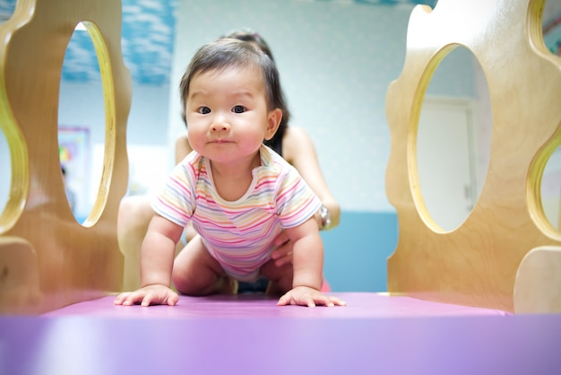 Azjatyckie Dziecko Lubi Bawić Się Na Placu Zabaw Dla Dzieci Premium Zdjęcia