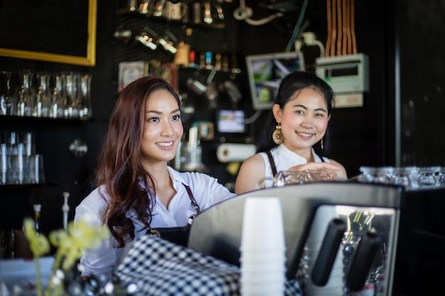 Azjatyckie Kobiety Barista Uśmiecha Się Kawową Maszynę W Sklep Z Kawą I Używa - Kontuar - Kobieta Pracująca Małego Biznesu Właściciela Jedzenia I Napoju Kawiarni Pojęcie Premium Zdjęcia