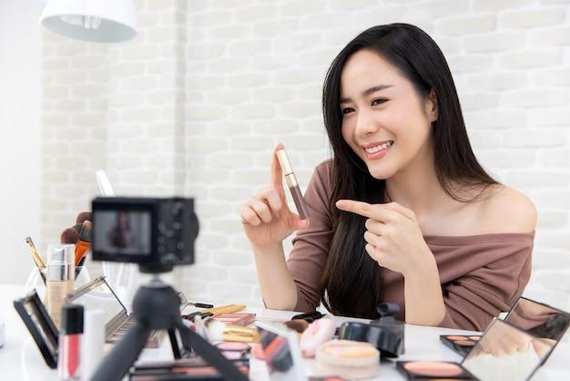 Azjatyckie kobiety piękno vlogger nagrywanie makijaż recenzję Premium Zdjęcia