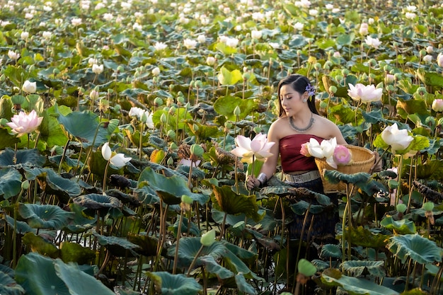 Azjatyckie kobiety thailand cuture z lotosową tradycyjną suknią. Premium Zdjęcia