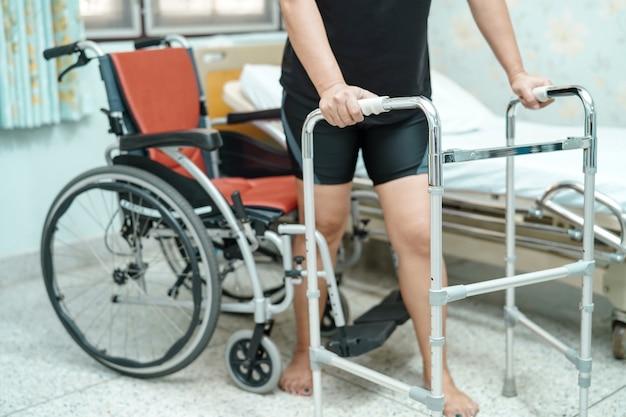 Azjatyckie kobiety w średnim wieku pani pacjenta chodzić z piechurem w oddziale szpitalnym opieki Premium Zdjęcia