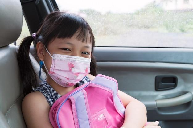 Azjatyckie Małe Dziecko Dziewczynka Noszenie Maski Siedzi W Samochodzie Premium Zdjęcia
